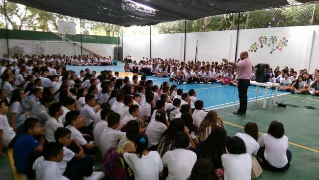 Foto: Archivo / Alcaldía Ricaurte Carlos Prada, alcalde de Ricaurte, con los estudiantes de la Institución Educ. Dpta. Antonio Ricaurte