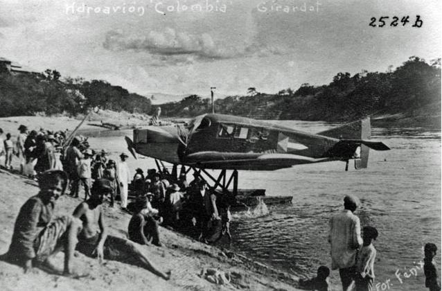 Balsas y piraguas en el Río Magdalena (Girardot, Colombia)